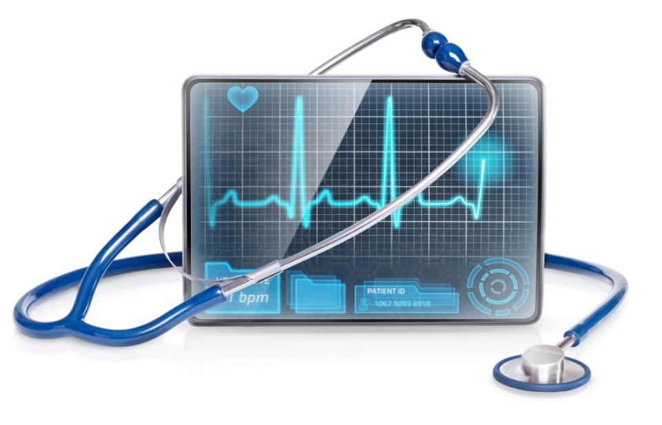 resultados de desintoxicacion mostrados en tablet con estetoscopio