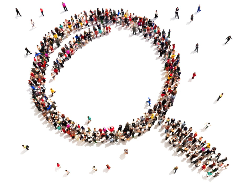 grupo de personas formando la figura de un lupa