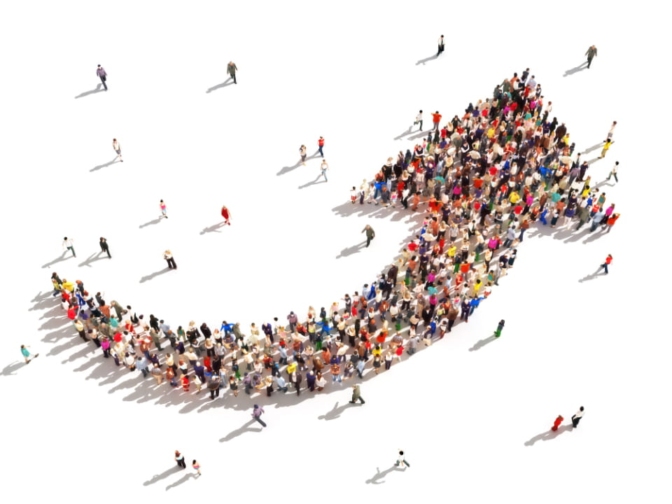 grupo de personas formando la figura de una flecha
