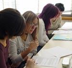 Varios estudiantes tomando notas de la clase